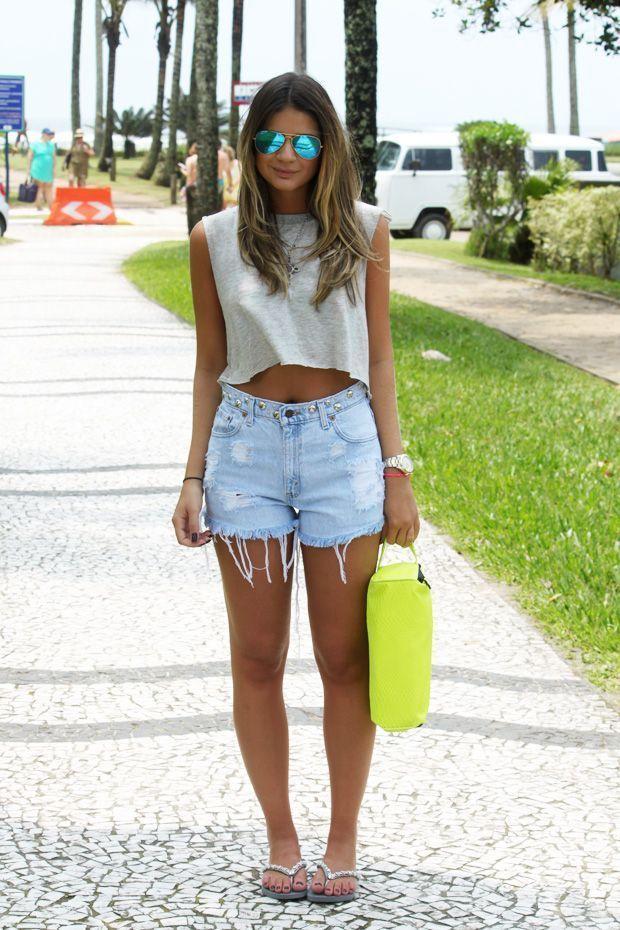 Look com Short jeans Cintura alta e T-shirt
