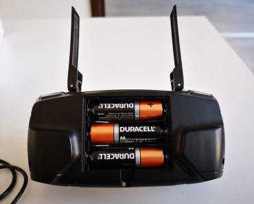 Por que as baterias estão alinhadas uma ao lado da outra em direções opostas?