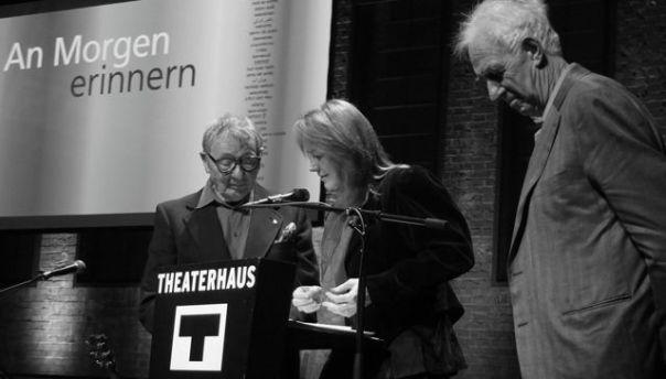 Dr. Annette Ohme-Reinicke überreiht Peter das von Jochen Stankowski gestaltete Buch | Foto © M. Seehoff