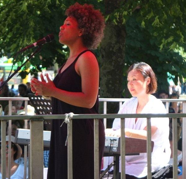 Die schwäbische Sängerin Fola Dada mit der Pianistin Gee