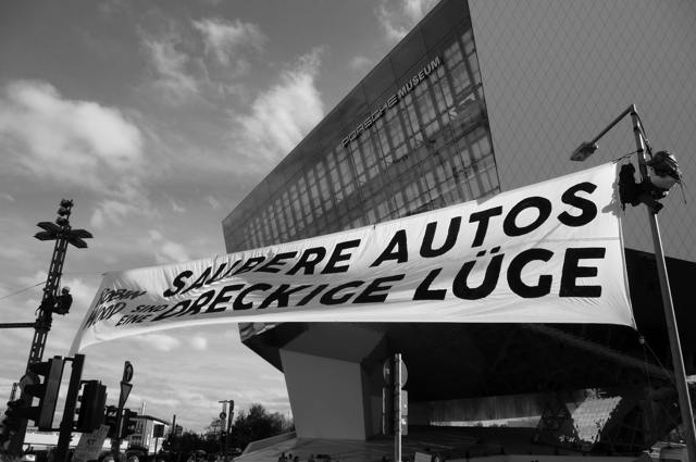 Aktivisten von Robin Wood spannen ein Banner vor dem Austragungsort des Automobilgipfels Foto: © M. Seehoff