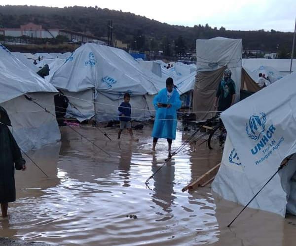 Verzweiflung auf Lesbos: Regenwasser auf Wegen und in Zelten des neuen Flüchtlingslagers