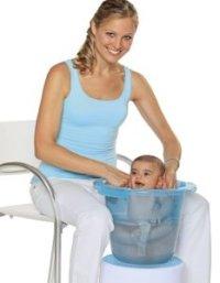 Babybadewanne und Badeeimer als Bestandteil der Baby ...