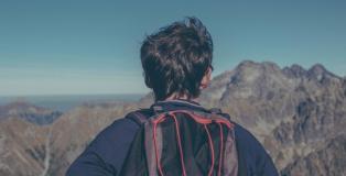 Einsamer Wanderer nach dem Masterabschluss