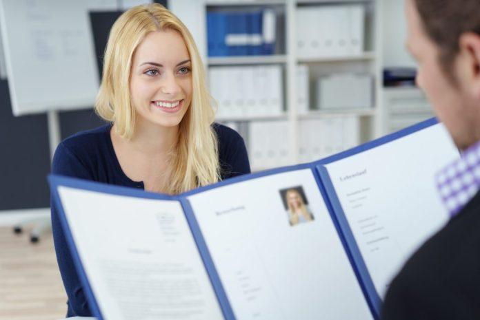 Trotz Fachkräftemangel nimmt die Pflege nicht jeden Bewerber. Besteht Interesse an einer ausgeschriebenen Stelle, ist eine aussagekräftige Bewerbung nach wie vor elementar.