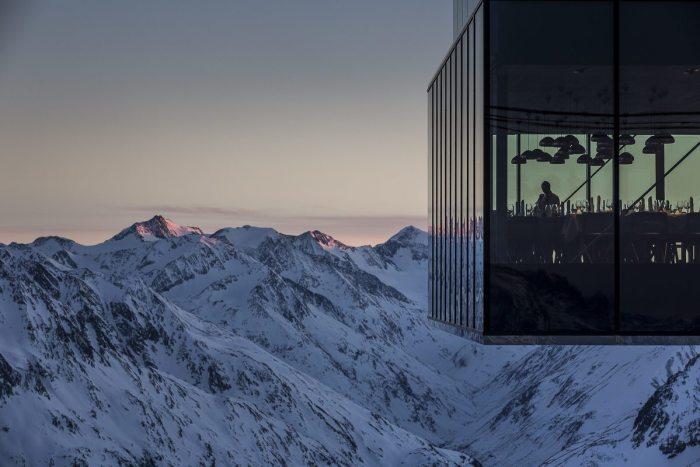Das Restaurant ice Q, Drehort des James Bond Thrillers Spectre. Neu eröffnet hier im Sommer die 007 Erlebniswelt ELEMENTS