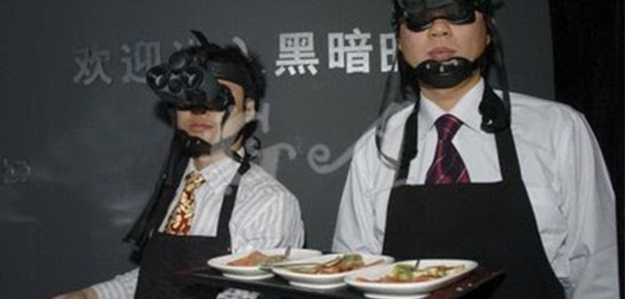 Ce sont les serveurs du restaurant Inside The Whale ouvert à Pékin en 2007 mais il a fermé. Les serveurs portent des lunettes pour voir dans l'obscurité.