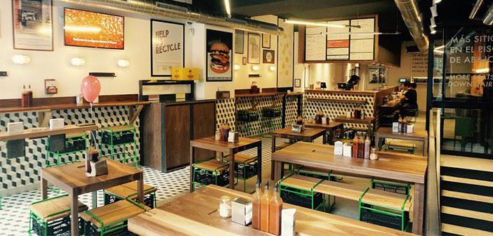 Bacoa Burger, un groupe d'établissements situés conteneurs colorés à proximité d'offrir au client la possibilité que ce soit celui qui déposent leurs restes.