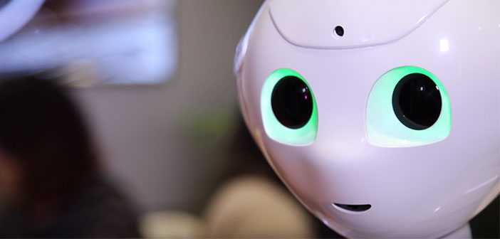 Se llama Pepper y ha sido desarrollado por SoftBank Robotics Corp. Se presentó en el 2016 en el CES (Consumer Electronics Show) en Las Vegas con un precio de salida de 1.700$.