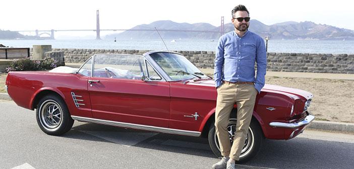 Fredrik Pferdt posant avec sa Mustang à San Francisco.
