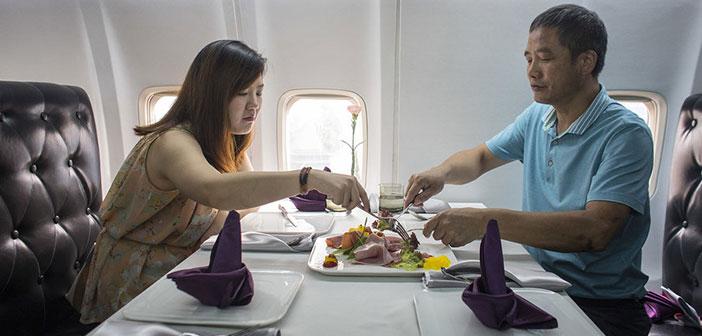 Los comensales disfrutan de una comida en el interior del avión-restaurante situado en plena ciudad de Wuhan, provincia de Hubei, China.