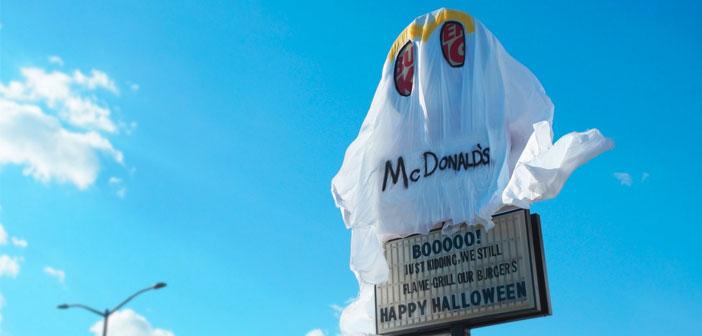 """En ciertas partes del fantasma, los clientes podían distinguir el slogan: """"Seguimos haciendo nuestras hamburguesas a la parrilla""""."""