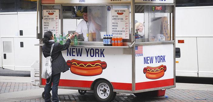Típico carrito de perritos calientes en Nueva York.