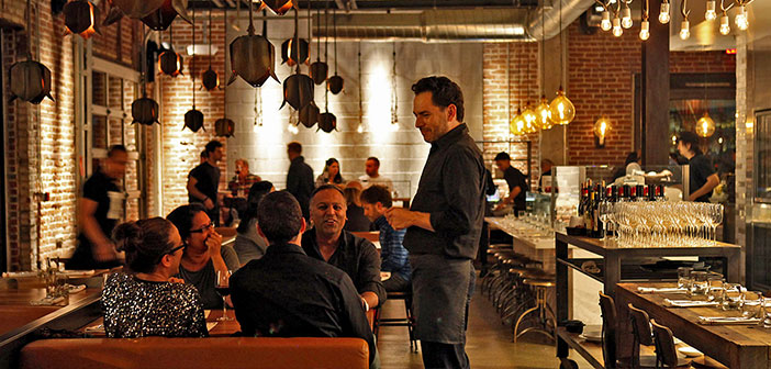 Today it is more likely that customers know the restaurant Twitter user that any of the names of its employees, to move an opinion manifestársela TripAdvisor face looking to the side the manager or cook, even a restaurant has thousands of digital friends who never know, but perhaps this is the reality we live has been touched based on liquid modernity Bauman.