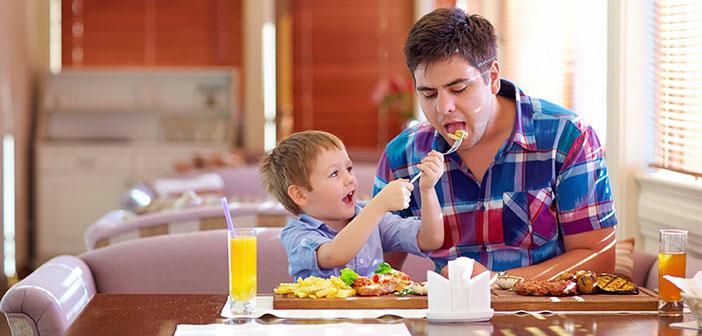 Finalement, Les menus enfants partent radicalement de ce que nous considérons comme une alimentation saine. Bien au contraire, Ils sont pleins de calories, graisses saturées et de sucres.