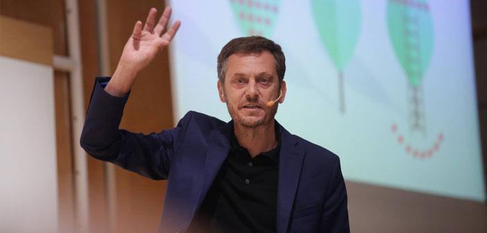 """Javier Creus, fundador de Ideas for Change, con la ponencia """"Cómo son y cómo piensan las empresas de éxito""""."""