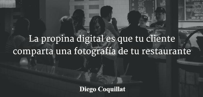 """Por lo que respecta al concepto """"propina digital"""", término que fue acuñado por primera vez por Diego Coquillat en su artículo de 2015 """"La propina digital es que tu cliente comparta una fotografía de tu restaurante"""". En él se hacía referencia al hecho de dejar una huella digital en las redes sociales de los restaurantes, bares y locales donde se consumía, a través de fotografías, comentarios y valoraciones."""