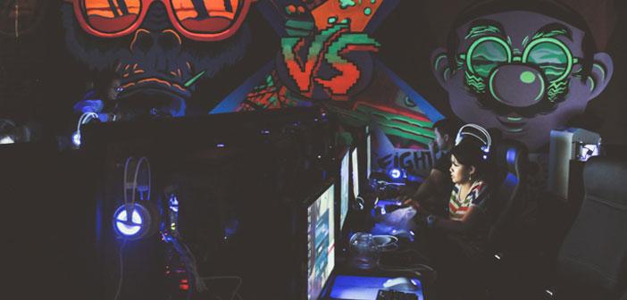 En este espacio los clientes pueden disfrutar en compañía de los últimos lanzamientos en videojuegos como : DOTA, Rainbow 6 y un largo etcétera. También para los más clásicos existe un área de videojuegos más clásicos como las máquinas arcade con las que tanto hemos disfrutado.