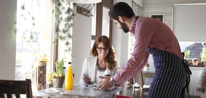 Tout restaurateur expérimenté sait qu'un bon barman est un serveur satisfait. Vous pouvez utiliser des plats dans le menu du restaurant ou concevoir un menu séparé avec cuisson rapide et un entretien simplifié pour rencontrer les employés. Cela permettra à moins de retards, en particulier dans la cuisine.
