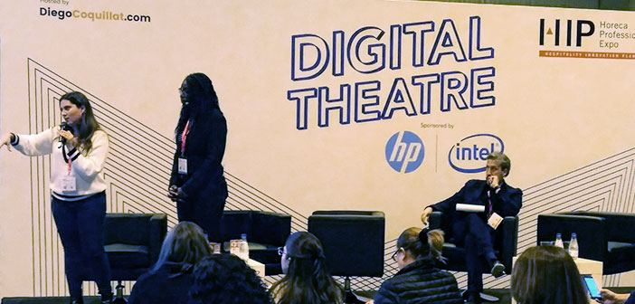 Edita Bote and Beatriz Ruiz Gilabert, of Marvelcrowd, during his presentation at the #teatrodigital coordinated by @diegocoquillat at # expohip2018, in which they addressed the issue of how networks work and influencers.