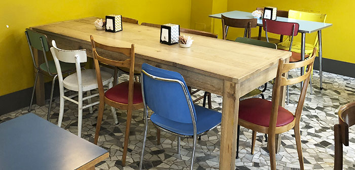 Industrial predominates, ancient and simple. For example, in many local furniture that decorates the living room are chairs and tables old school type. It is also the chic fashion industry and Spain.