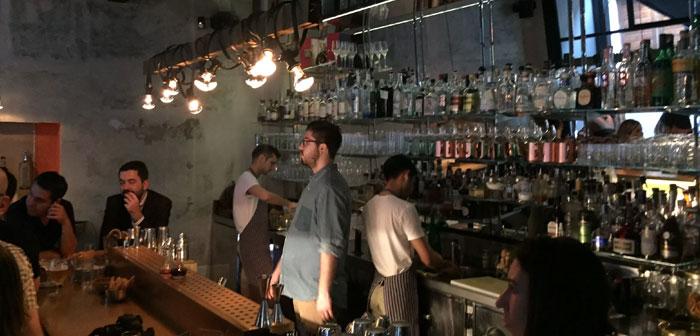 Bar à cocktails et une pizzeria très réussie dans un environnement industriel chic,. L'un des endroits préférés pour les Milanais, à la fois pour sa version intéressante de la pizza traditionnelle inspirée de Naples comme un élégant bar.