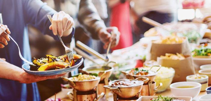 Tout d'abord, le pourcentage des travailleurs qui se qualifient à votre entreprise une pratique remarquable ou exceptionnelle coïncide avec le pourcentage d'employés qui ont accès à des repas gratuits ou des collations à grignoter entre les repas sans avoir à poney un sou.