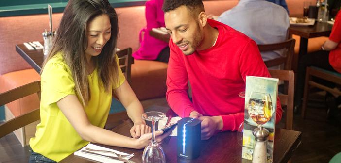 Los restaurantes que se decanten por este sistema (solicitado por un 38% de los usuarios y con el visto bueno de un 67% de los propietarios de los negocios), colocan un pequeño terminal o tótem en cada mesa. Este dispositivo cuenta con un código de luces de colores que muestra a los usuarios el estado en el que se encuentra la transacción.