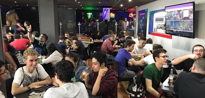 En España tuvimos un referente que no consiguió su objetivo, el GGWP Bar & Restaurant en el que se unían las hamburguesa al más puro estilo yanqui con los videojuegos, los streamings y los e-sports.