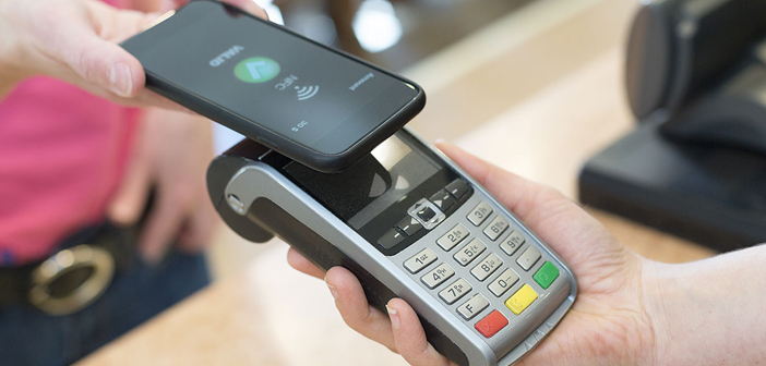 According to proliferate locals who only accept credit cards, P2P payment methods and digital criptodivisas, also increases the number of critics who claim that these restaurants marginalize groups that can not afford the use of these payment methods, among them, adolescents and sintechos.