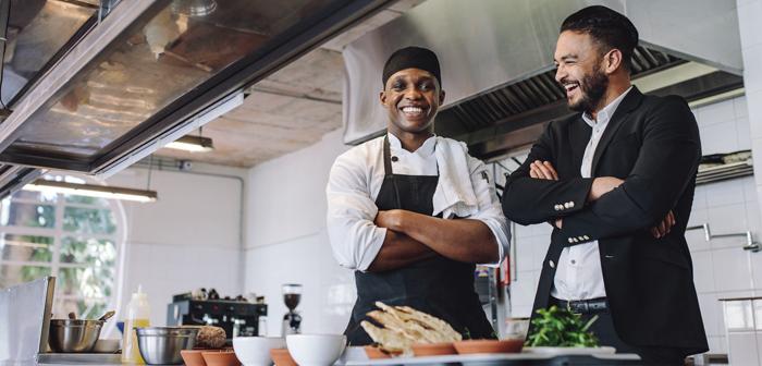 Avoir une attitude positive et la bonne humeur favorise le bon fonctionnement des restaurants et une bonne relation avec les clients.
