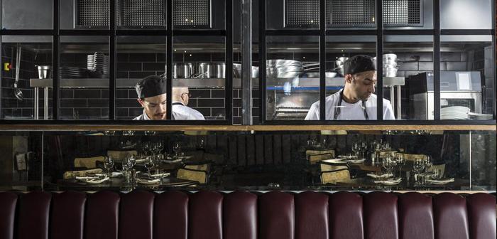 Scotland Most Stylish Restaurant 2018. Situado en 80 Miller Street, en el corazón de Glasgow's Merchant City, The Spanish Butcher sirve carne de procedencia gallega de la mejor calidad junto con los mariscos más frescos, con sabores de inspiración española y mediterránea, en un ambiente elegante y moderno al estilo loft neoyorquino.