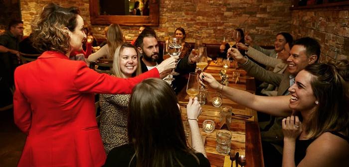 El Contact Bar and Kitchen de Sidney (Australia), por ejemplo, emplea una aproximación mucho más sutil y satisfactoria. Aquellos visitantes que estén dispuestos a abandonar sus móviles a la entrada serán obsequiados con una copa de vino que correrá a cuenta de la casa. Según Markus Stauder, esta medida es aplaudida por la totalidad de los comensales.