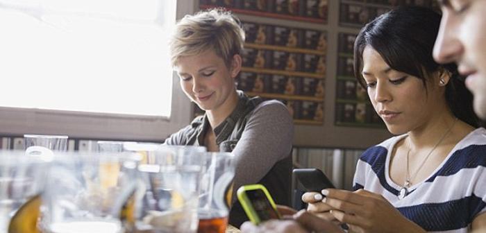 Réalisation d'une publication scientifique dans le Journal of Experimental Social Psychology montre également que la présence de la satisfaction des consommateurs mobiles diminue et empêche profiter pleinement de l'expérience.