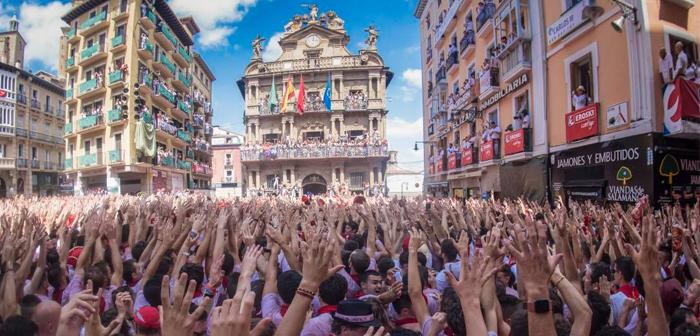 El 6 de julio es el día grande, pero antes y después de esta fecha siempre hay una plétora de festejos que rodean los encierros. Conviene sacar el máximo provecho a cada uno de estos días con ofertas especiales orientadas al ambiente que se respira en toda España durante los sanfermines.