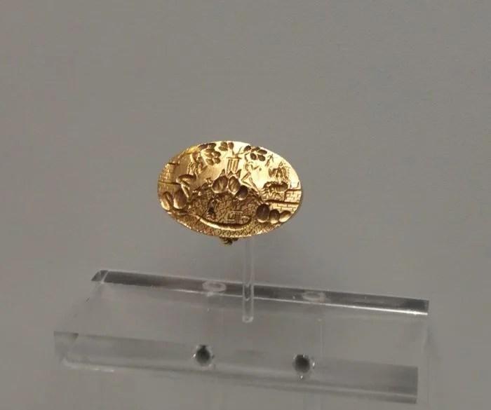 Η ιστορία του δαχτυλιδιού που είναι γνωστή ως «Δαχτυλίδι του Βασιλιά Μίνωα» ακούγεται σαν μια ιστορία που έγινε στο Χόλιγουντ, ένα μείγμααρχαίας ελληνικήςιστορίας,μυθολογίαςκαι μια πλοκή που περιλαμβάνει ένα φτωχό αγόρι, έναν πονηρό ιερέα, έναν Άγγλο αρχαιολόγο και έναν κρυμμένο θησαυρό.