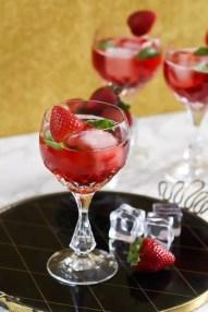 Sommergetränk 2017 Cocktail Gin Tonic mit Erdbeerlikör und Basilikum