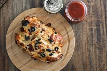 Gefülltes Pizzabrot Rezept mit Marinara Dip - alles selbstgemacht