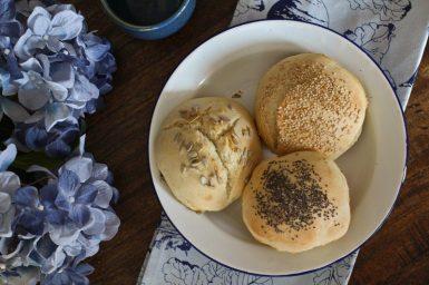 Schnelle Frühstücksbrötchen mit Hefe