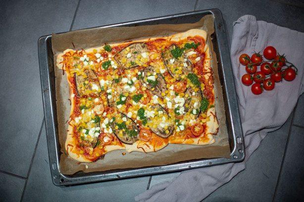 Mediterrane Gemüse Pizza Rezept mit Aubergine, Mais & Pesto