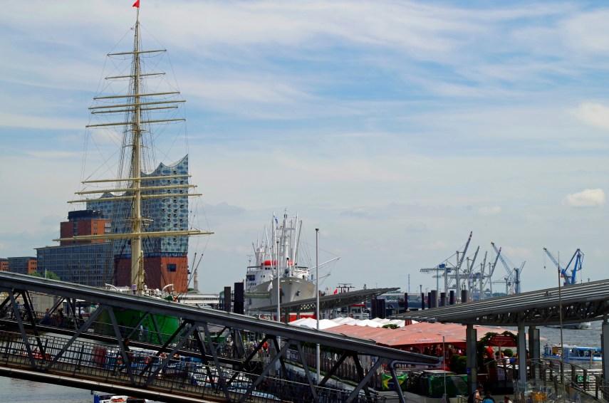 Landungsbrücken mit den Museumsschiffen Rickmer Rickmers und Cap San Diego. Dahinter erhebt sich die Elbphilharmonie.