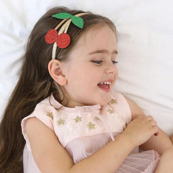 Kirsch Kinderhaarreifen in Glitzer mit roter Kirsche an einem kleinen Mädchen. Die Macherei