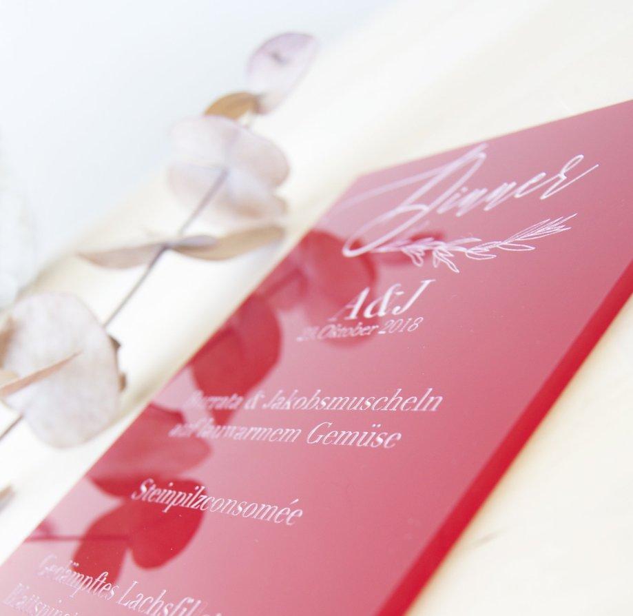 Menuekarte aus rotem Acryl graviert nach Wunsch. Die Macherei