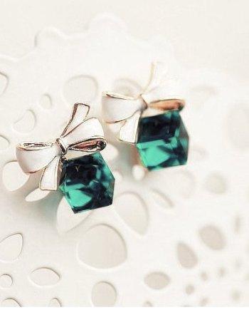 Entzückendes Ohrstecker Set in Form von kleinen Geschenkpaketen, mit grünem Schmuckstein und weiß/goldenen Akzenten.Die Macherei
