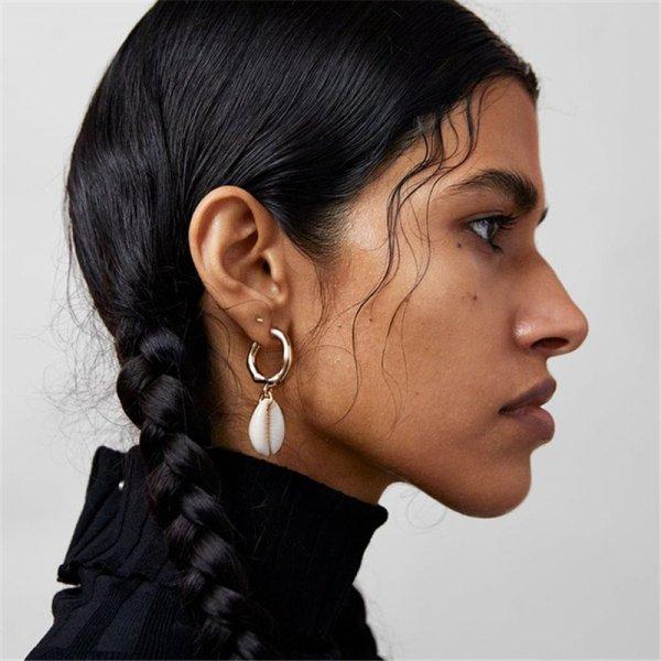 Supercoole & einzigartige Ohrringe in Kreolenform mit zauberhaften Muschelanhängern.