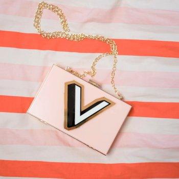 The Clutch personalisierte Tasche Pastellrosa mit goldener Hardware