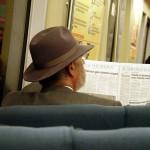 Oude man leest de krant