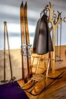 Historische Skier und Garderoben. Foto: Flora Jädicke