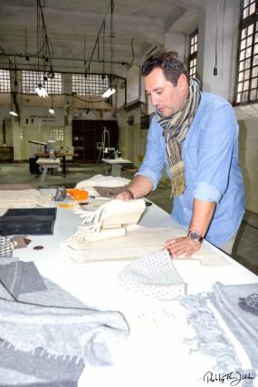 Der Designer Miguel Gigante bei der Arbeit in New Hand Lab. Foto: Flora Jädicke