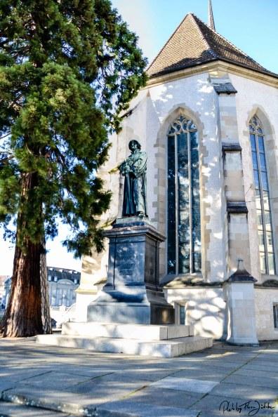 Das eiserne Denkmal des Reformators Huldrych Zwingli an der Wasserkirche am Limmatquai. Foto: Flora Jädicke